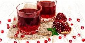zumo de granada en vaso de cristal